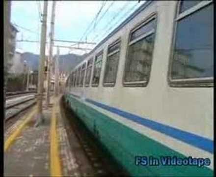 Una E.402 B in testa ad un Intercity per Reggio Calabria arriva nella stazione di Salerno