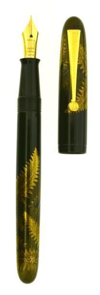 DUNHILL Urajiro, stylo plume série limitée numérotée à 200 exemplaires (n° 33), lancée en 1999, réalisée sur la base d'un plume de la collection Yukari. En ébonite laqué d'urushi noir intense et d'un décor… - Artcurial - 06/12/2014
