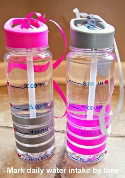 É recomendado beber pelo menos 2L de água por dia. Para ajudar nessa tarefa, que tal marcar em uma garrafa sua ingestão diária de água por hora