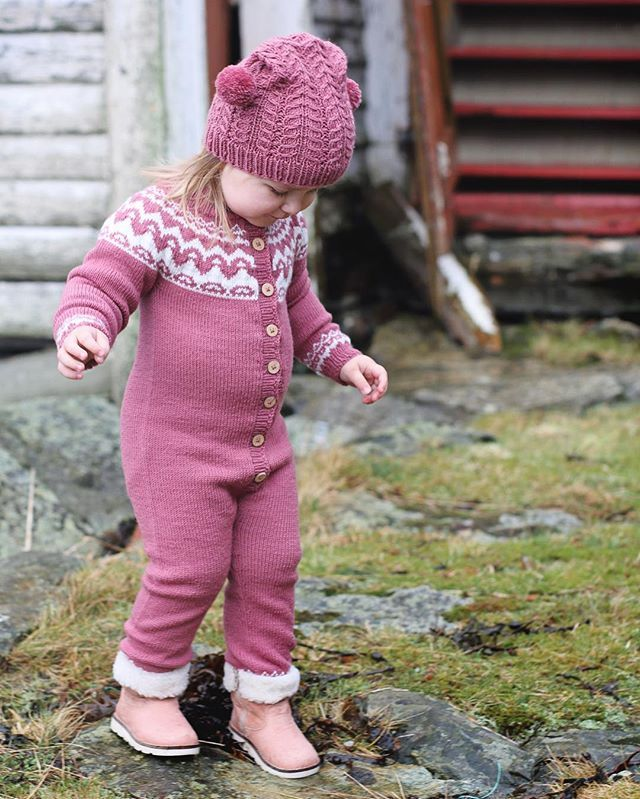 Nok et bilde av nydelige Olivia i Kvalavågsdressen som det kommer oppskrift på i den nye boka :) #klompelompe #klompelompebok2 #kvalavågsdress Just another picture of cutest little Olivia in our Kvalavågs suit :) Pattern in our new book.