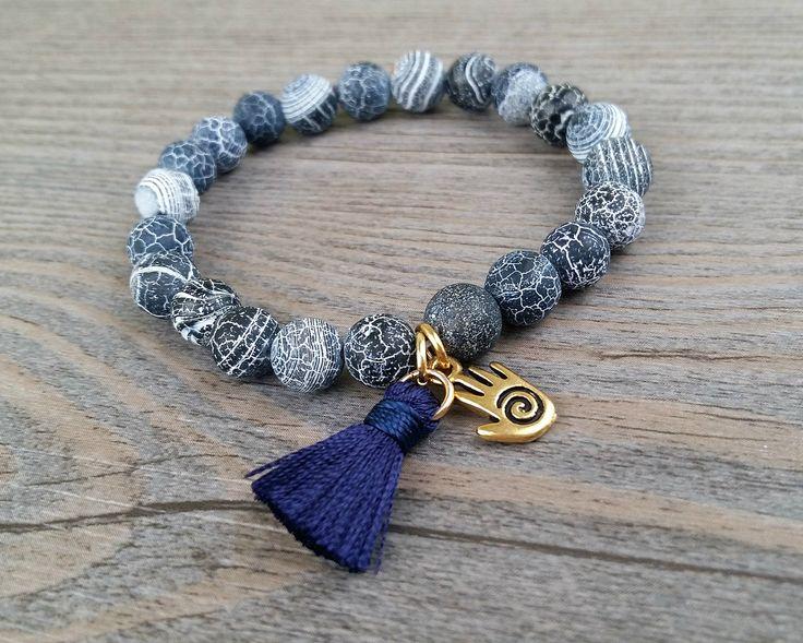 Bracelet de pierres fines agate bleu marine craquelées - Breloque main hamsa Tierracast dorée et tassel marine de la boutique BijouxDesignselect sur Etsy