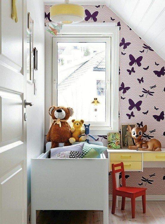 Небольшая мансардная детская в скандинавском стиле с бабочками на стене.  (спальня,дизайн спальни,интерьер спальни,скандинавский,скандинавский интерьер,скандинавский стиль,интерьер,дизайн интерьера,мебель) .
