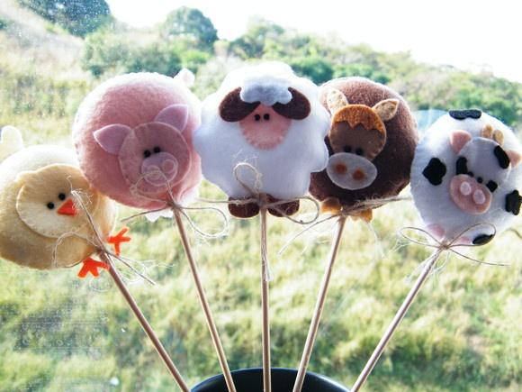 Uma fazendinha charmosa precisa de muitos bichinhos! Essa turminha de ovelha, porquinho, vaquinha, pintinho e cavalinho cumpre bem esse papel.   Bichinhos da fazenda confeccionados em feltro, caseados à mão, com detalhe em miçanguinhas pretas nos olhos.   Ficam perfeitos para a decoração de mesas de festinhas, toppers de bolo e docinhos ou onde mais a sua imaginação quiser!   Dimensões: * bichinhos: aprox. 7 cm * bichinho + vareta: aprox. 28 cm  - O valor é referente a uma unidade da…