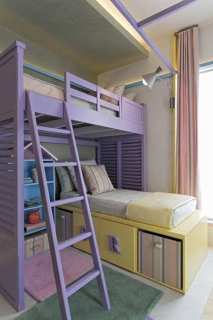 A iluminação passa pelas arestas e não há furos no teto. Repare na luminária que sai na altura perfeita para iluminar a cama superior.
