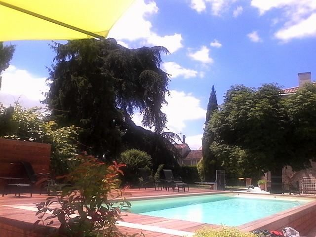 Séjour à Cézac, Aquitaine, France avec piscine chauffante ! Très petit petit bourg très tranquille: kiosque à pizza, toute petite épicerie et bibliothèque à pied. Commerces plus importants à 3km à Cavignac. En plein coeur du vignoble blayais.