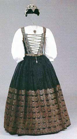 Dress of Katalin Brandenburg, from 1626-29, Magyar Nemzeti Muzeum, Helikon Kiado, foto Dabasi Andras