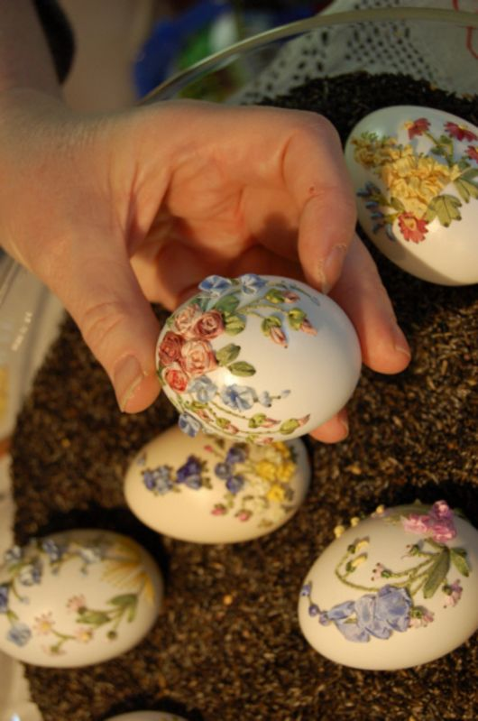 Elisabeth Klein is a master of embroidery who has created beautiful impressions of cottage gardens on eggs for more than ten years. She threads colourful silk strands through small holes in the egg shell to create various blossom arrangements. The 3D effect and noble shine of the pure silk make her creations extraordinary. Klein lives in France and devotes herself to her craft. She is the author of an instruction book on silk ribbon embroidery.