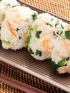 塩鮭とほうれん草のおにぎり | グリルを使わなくても、クッキングシートを引けばフライパンでも美味しく鮭が焼けます。フライパンで焼くときは、鮭の表面に焼き目を付けてから蓋をして蒸し焼きにしてください。