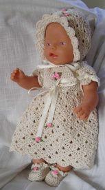 Hekleoppskrift på kjolesett til Babyborn,  eller andre dukker ca 42 – 45 cm lange.   En oppskrift fra Hekleguri: www.hekleguri.com   Garnforslag: Gjestal Bomull sport, eller tilsvarende.  Bruk heklenål nr 3.  Heklefasthet: 5x5cm = 10 fm x 11 fm rader.  Du trenger 250 g garn, 2 knapper...