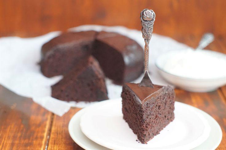 Schokoholics aufgepasst! Das ist DER Kuchen für absolute Schokoladenfans! Der Kuchen ist fest, saftig und einfach nur Schoko pur. Okay…ein bisschen Kaffee solltet ihr schon auch mögen. 😀 Aber der Kaffeegeschmack ist eher im Hintergrund und so kam es, dass selbst Kaffeehasser diesen Kuchen gern aßen. Aber so richtig genial finden wir die Glasur, die …Continue Reading...
