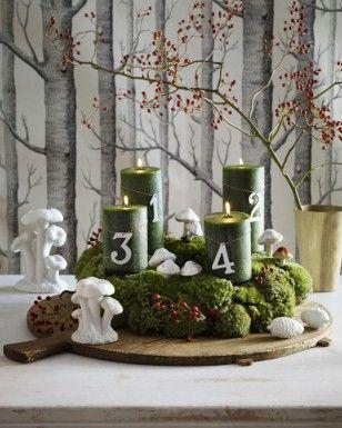 Stacheldrahtpflanze, Silberblatt und Schneebeere in etwa 10 cm lange Stücke zerteilen. Jeweils 2-3 Stücke zusammenfassen und die Büschel überlappend schuppenförmig mit Bindedraht um den Strohkranz wickeln bis der Kreis geschlossen ist. 2. Kerzen auf Kerzentellern auf dem Kranz platzieren und den Kranz schmücken.