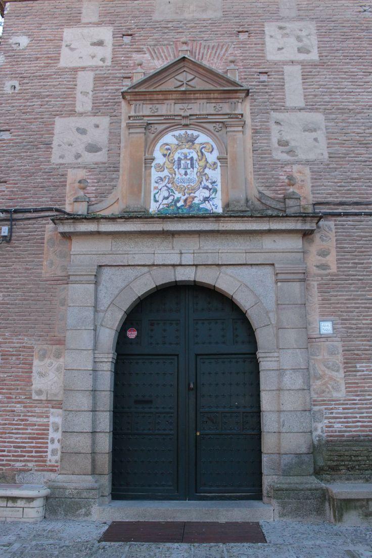Portada lateral de estilo neoclásico con decoración de mosaico