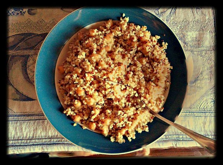 La ricetta dell'insalata con ceci e bulgur è fresca e leggera. Si tratta di un piatto unico vegetariano e gustoso, ideale per la stagione calda.