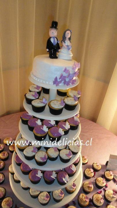 Torre de Cupcakes y con torta y novios.