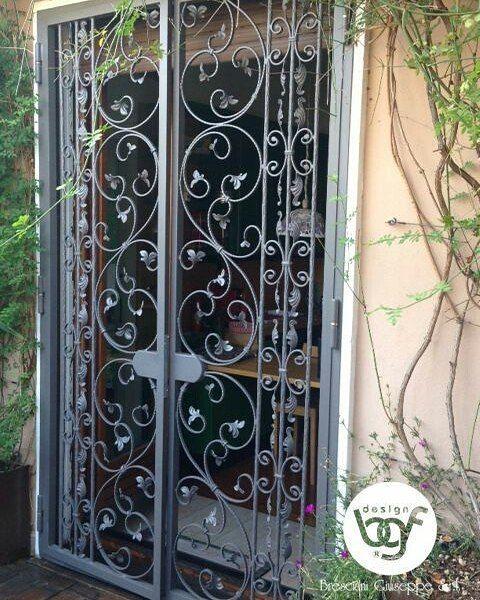 Inferriata per porta finestra con decorazioni in ferro battuto ...