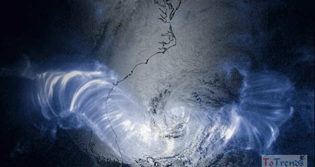 The World's Largest Storm | storm is a weather at the start of the sleet and snow storm up sand and dust storms. The storm also known as tropical cyclones by the meteorologist, comes from the warm ocean. The storm moves over the sea to follow the wind direction with a speed of 20 km/h. Wind power can deprive large trees from its roots, brought down bridges, rooftops and fly with ease. The storms have damaged a great power is a hurricane,
