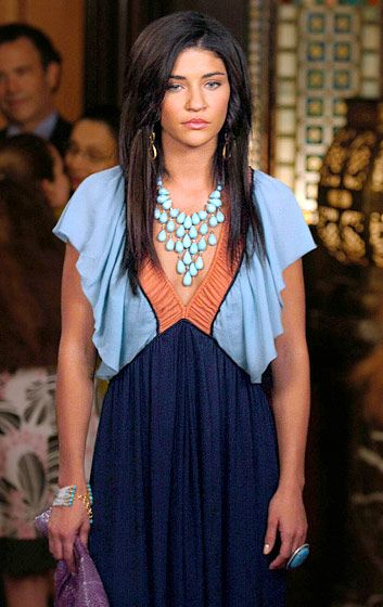 In Season 3 Vanessa Abrams (Jessica Szohr) wore a Catherine Malandrino top and a Siman Tu Aqua Glass necklace.