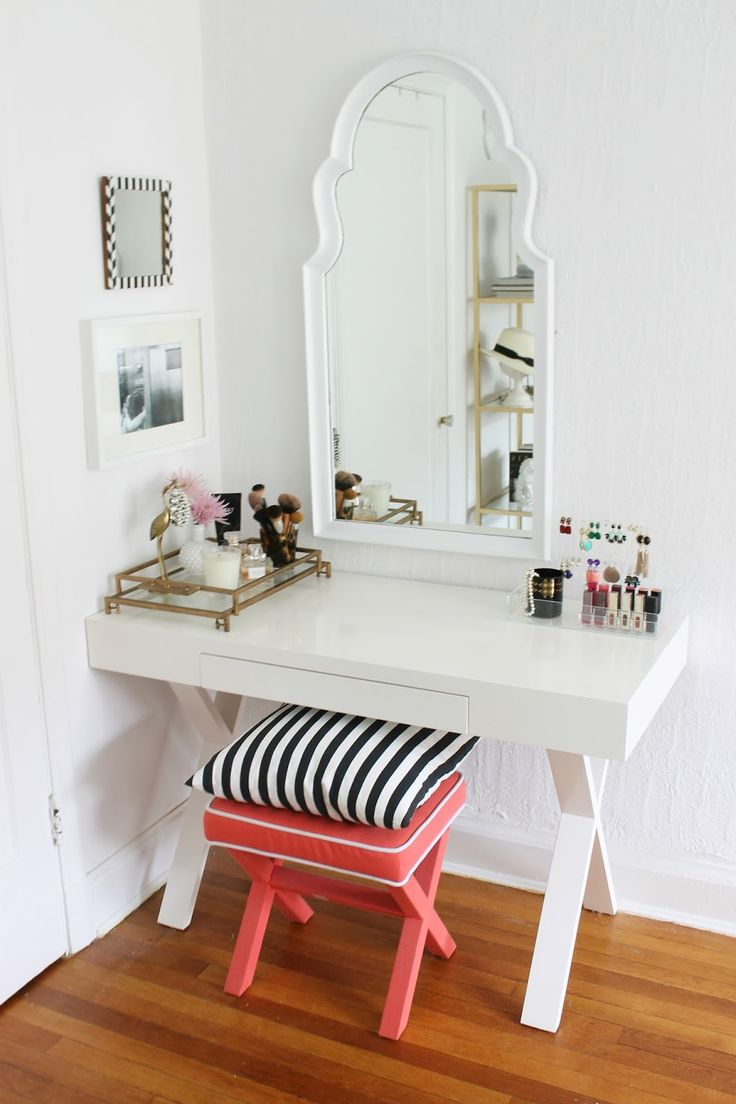 Best 25 small vanity table ideas on pinterest small for Cute makeup vanity