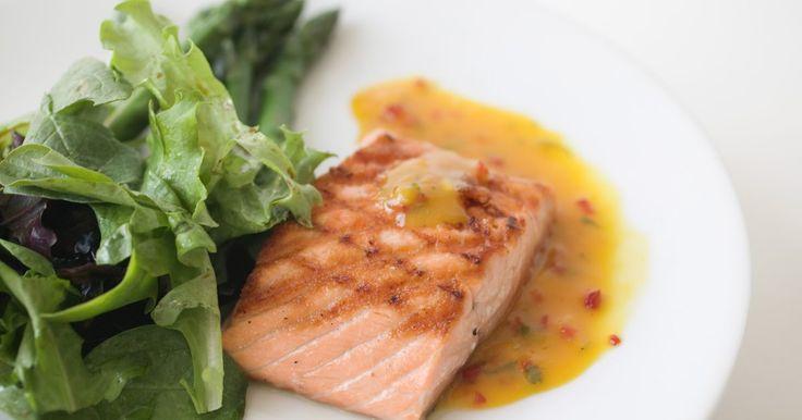 ¿Qué queda bien con el salmón a la plancha?. El salmón es una de los pescados más sencillos de asar. Retiene la humedad, es suficientemente firme como para darlo vuelta mientras se cocina sin temor a que se rompa y se puede enriquecer con una variedad de marinadas y salsas. El sabor único del salmón queda bien con muchos acompañamientos fríos y calientes y con una gran variedad de verduras y ...
