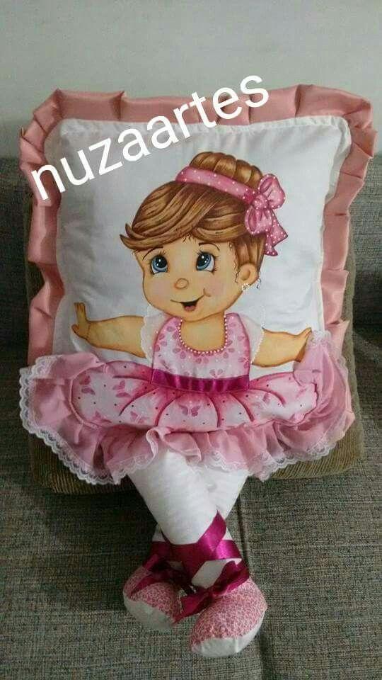 Almofada de perninha com pintura em tecido para meninas