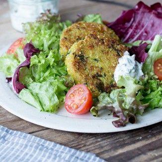 Vegetarier aufgepasst! Diese luftig leichten Bratlinge aus Zucchini und Quinoa sind im Handumdrehen zubereitet und schmecken richtig gut. Ein frischer Salat mit orientalischem Minz-Dressing verleiht dem Ganzen einen besonderen Frischekick.