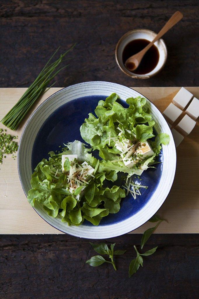 Tofu med ingefära, soja, kinesisk gräslök & limebasilika i salladsblad