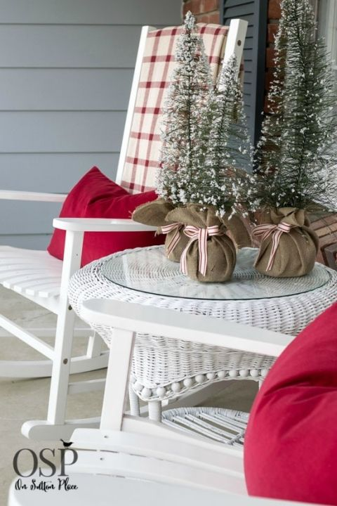DIY+Christmas+Porch+Decor+|+Natural+Elements+and+Farmhouse+Touches+from+onsuttonplace.com