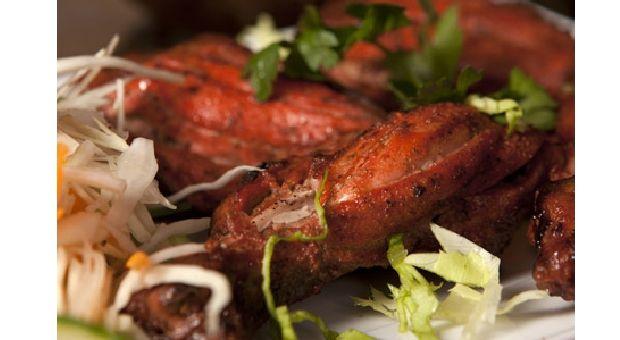 Poulet Tandoori  Le poulet tandoori est un plat mariné au yaourt et aux épices. Diététique, il peut être cuit au four comme au barbecue ou sur une plancha. Son nom provient du four traditionnel indien dans lequel il est cuit : le tandoor.