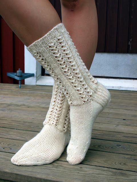 Nämä  sukat  kudoin jo heinäkuussa 2012. Siitä lähtien on niiden pitsineuleen kaaviota minulta kyselty useampaan kertaan. Otin nyt puikoil...