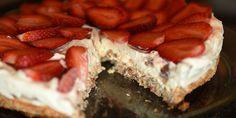 Uimodståelig islagkage med en sød bund af marengs og mandler, et lag af lækker flødeis med knasende Daim-stykker og en top af friske jordbær. Denne smukke dessert smager som en bid af himlen.