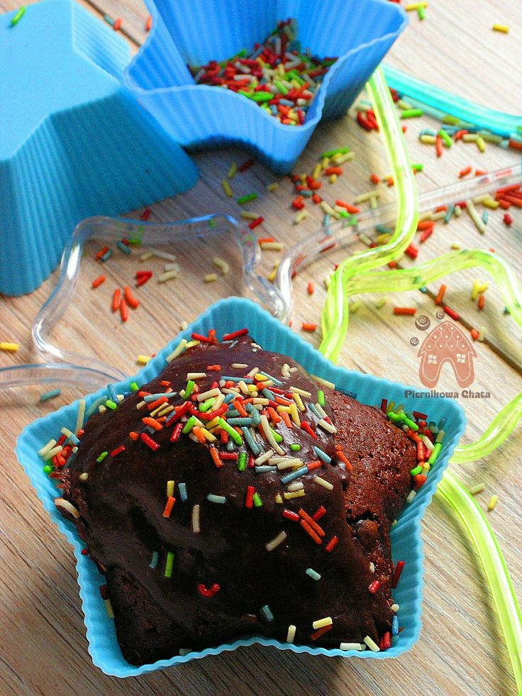 PIERNIKOWA CHATA potrójnie czekoladowy muffin z posypką