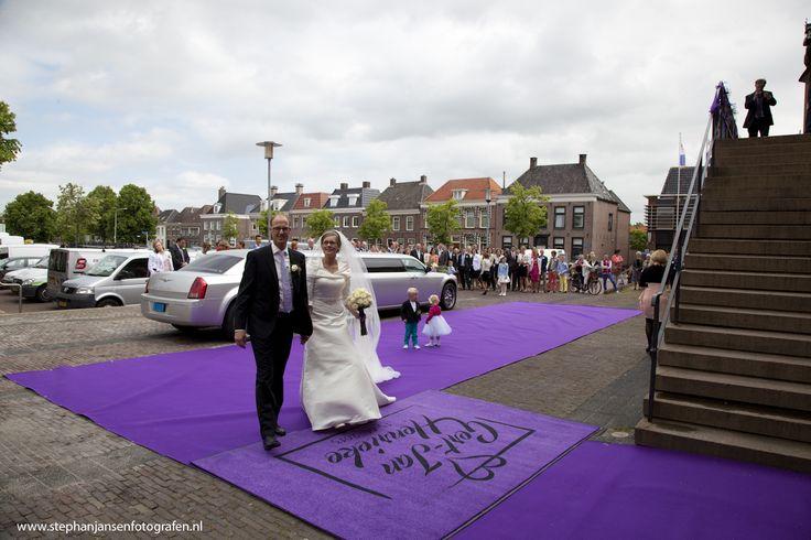 Paarse loper & mat met logo bij het stadhuis - www.prachtigplannen.nl  Foto: Stephan Jansen Fotografen