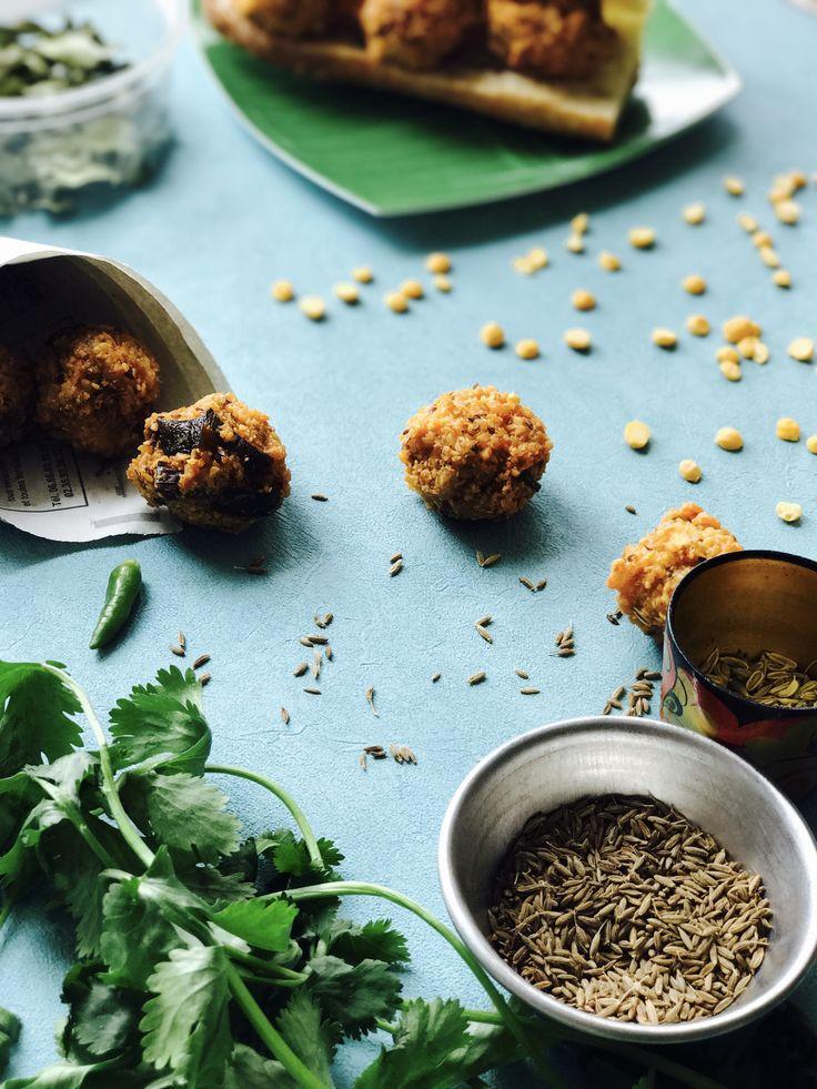 Les gâteaux piment sont des genres de falafels à base de dhall (pois cassés jaunes) aux épices et aux herbes qui sont un classique street food mauricien.