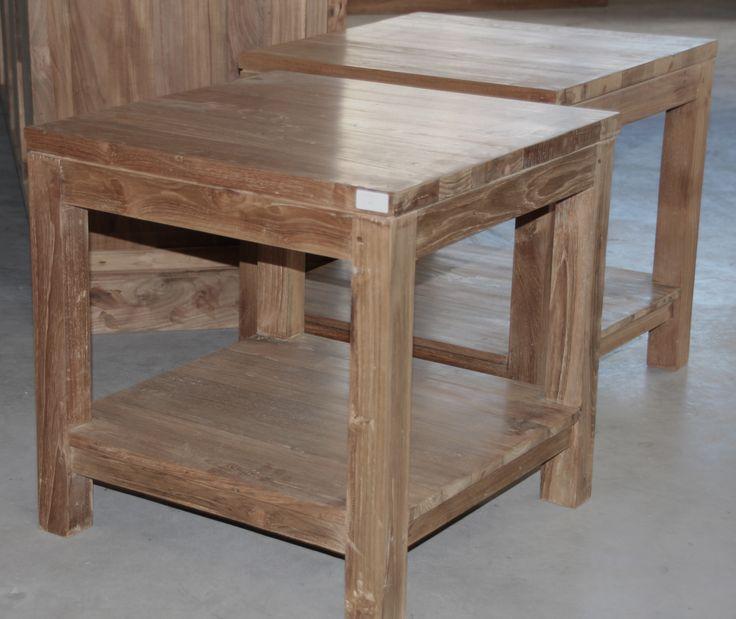 Strakke salontafel met lade en onderplank. Het teakhout is eenmalig behandeld, vandaar de warme kleur. Moderne look door het strak afgewerkte blad en hoeken