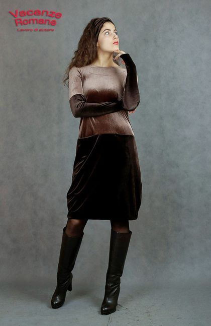 Купить или заказать Vacanze Romane-1228 в интернет-магазине на Ярмарке Мастеров. Авторское комбинированное платье из эластичного бархата. Сочетание шоколада и кофе с молоком. О-силуэт. Комбинированный,нарочито длинный рукав с дырочкой для пальчика, можно носить до костяшек пальчиков, имитируя длинные перчатки. Или красиво драпировать. Стильные потайные карманчики. Платье подходит как для повседневной носки, так и как коктейльный вариант. Комфорт и Роскошь. Богемный Шик.