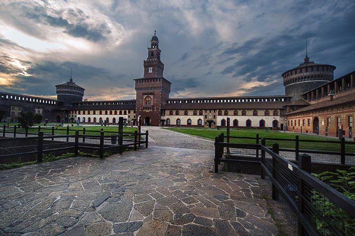 Ma dove lo trovate un castello così bello? Foto di Franco Brandazzi #milanodavedere Milano da Vedere