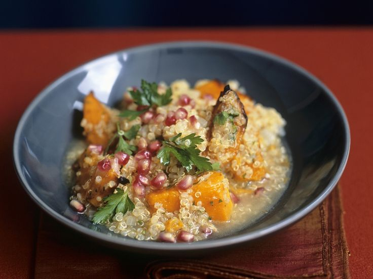 Dieses Gericht mit Kürbis schmeckt nicht nur im Herbst. Quinoa mit Kürbis, Aubergine und Granatapfelkernen - smarter - Zeit: 15 Min.   eatsmarter.de