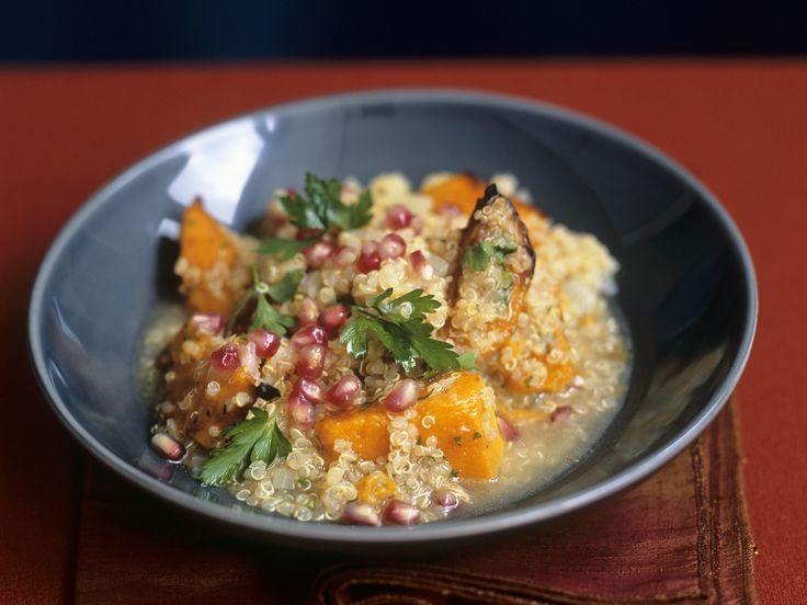 Dieses Gericht mit Kürbis schmeckt nicht nur im Herbst. Quinoa mit Kürbis, Aubergine und Granatapfelkernen - smarter - Zeit: 15 Min. | eatsmarter.de