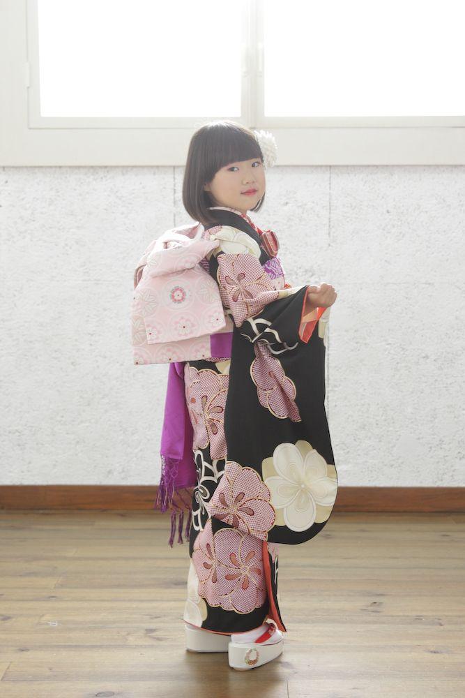 スタジオズイムです。7歳さんの七五三写真。振り向いて、ポーズ!かわいい(*˙︶˙*)☆*° スタジオズイムは、仙台の写真館です。