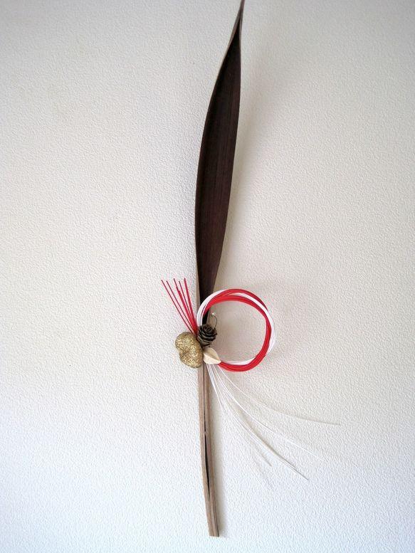 自然素材の葉の形はコタバキアです。小さな水引とゴールドの飾りを付けました ハンドメイド、手作り、手仕事品の通販・販売・購入ならCreema。