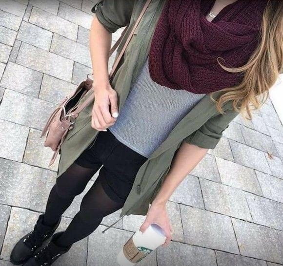 Veste kaki, short noir, écharpe tube bordeaux, boots à lacets noires. Le