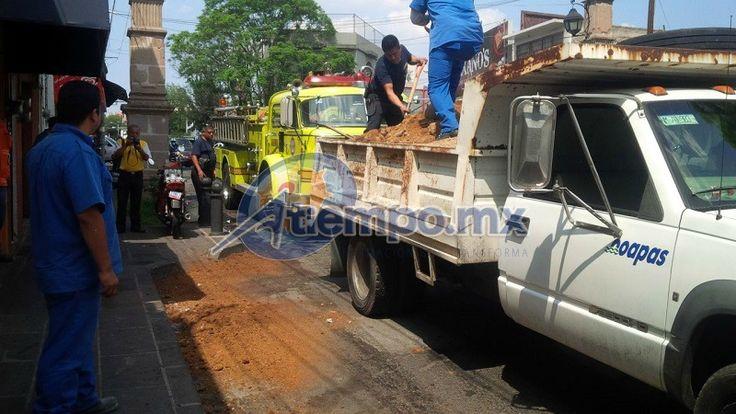 Unidades de emergencia acudieron a la zona de la gasolinera Poza Rica a desparramar tierra y limpiar la carpeta asfáltica que quedó peligrosamente resbalosa – Morelia, Michoacán, 31 de mayo ...