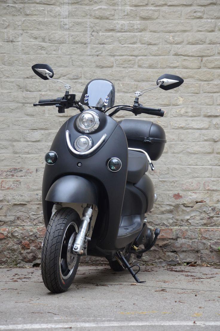 E-Bike-Scooter von Urbane-Heroes. Gilt als Fahrrad in Österreich lt. §1 Abs. 2a KFG 1967. 600 W | 25 km/h. 50-140 km Reichweite. Mobile Akkus zum Laden in der Wohnung oder im Roller. Keine Helmpflicht. Keine Anmeldung. Kein Pickerl. Keine KFZ-Versicherung. Fahren gegen Einbahnen*. Auf dem Fahrradweg. 2 Personen auf einem Scooter. Kindersitz. Parken auf Gehsteigen*. Fahren in Parks & auf Waldwegen*. Die komfortabelste Form der urbanen Fortbewegung. Ab € 999. *...sofern für Fahrräder erlaubt.