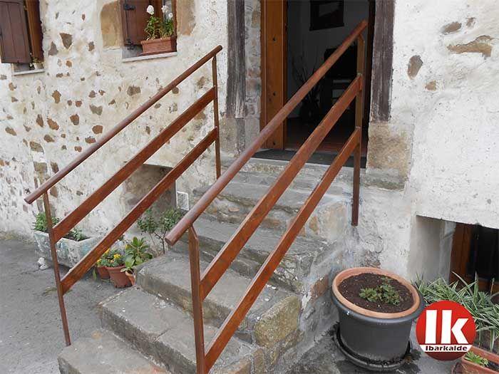 Barandilla en acero corten para exteriores. Acceso a villa histórica en una localidad de Gipuzkoa,  #barandillas  #pasamanos  #acero  #corten   #oxidacion   #hernani  #gipuzkoa  #donostia   #sansebastian  #herreria  #hierro