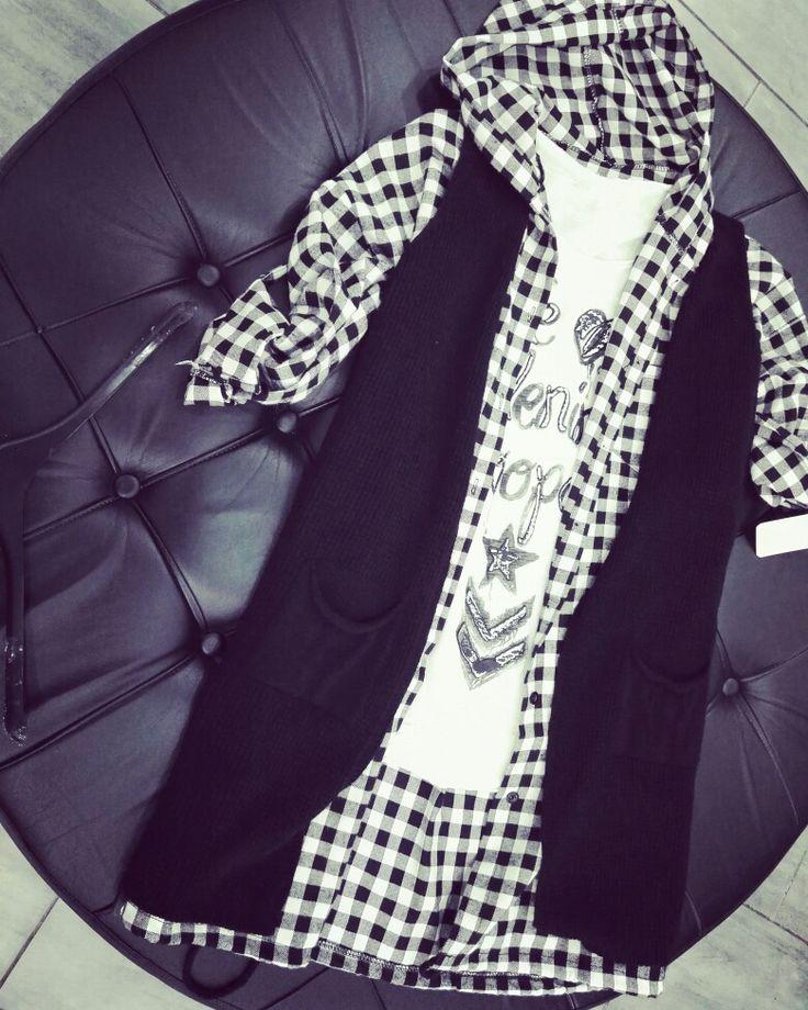 Camicia quadri bianco-nero con cappuccio abbinato con gilet in filo nero e t shirt bianca happyness per uno street Style unico  #duettoabbigliamento