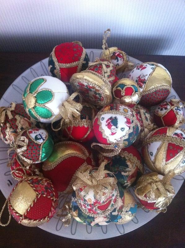 Palle di Natale in polistirolo rivestite con ritagli di stoffa