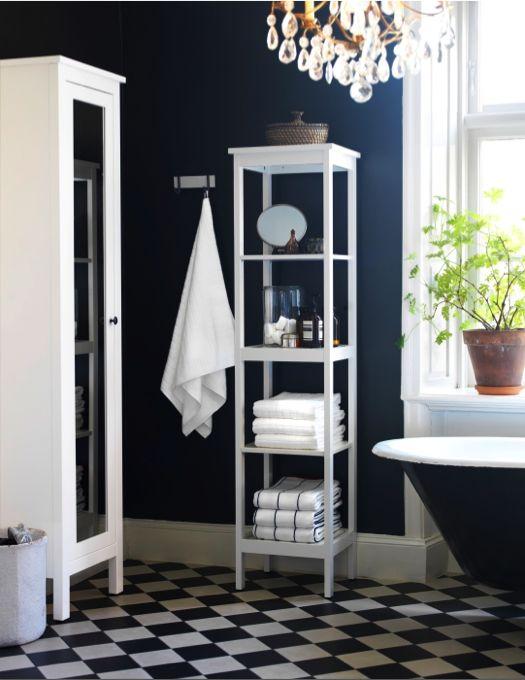 L'ajout d'une étagère HEMNES permet d'organiser l'espace avec style tout en donnant à la pièce un look traditionnel
