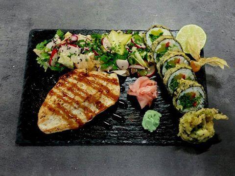 Kuracie prsia plnené špenátom a tamagom s yasai roll v tempure a k tomu reďkovkový šalát s cibuľkou. #edokin #edokinsushi #sushi #sushilovers #food #chicken #foodlovers #sushirolls #slovakia #slovensko #jedlo #yummy #salad