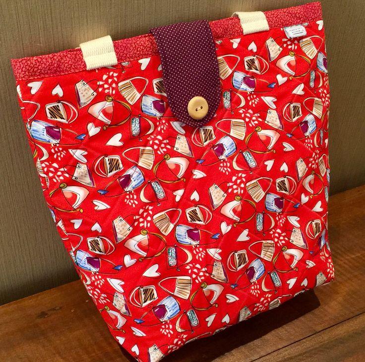 Bolsa confeccionada em algodão com quilt reto. Possui bolso interno e um botão decorativo na lapela. Super charmosa. Estilo sacola. Peça única. Pronta entrega.