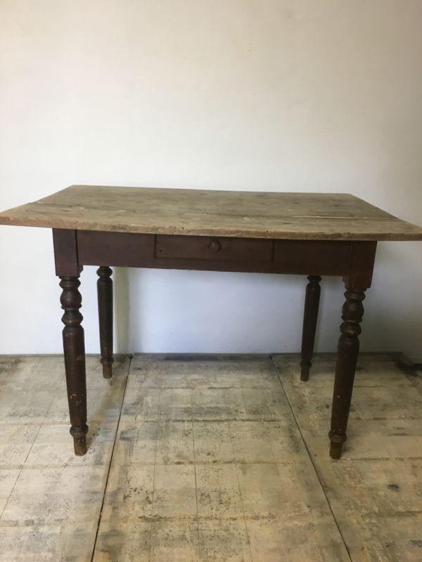 Oud brocante tafel